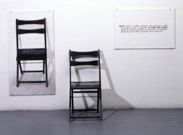 Joseph Kosuth. One and Three Chairs (Una y tres sillas), 1965. Fotografía en blanco y negro y silla, Pieza derecha: 52 x 80 cm / Pieza izquierda: 110 x 60 cm / Pieza central: 81 x 40 x 51 cm