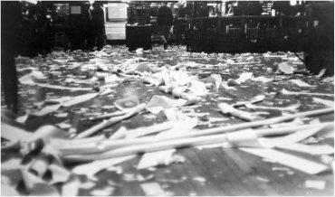 Dennis Oppenheim. Removal Transplant-New York Stock Exchange (Traslado trasplante-Bolsa de Nueva York), 1968 / Copia de época. Gelatinobromuro de plata sobre papel, Obra completa: 107,2 x 497 cm