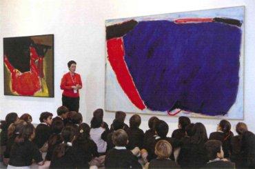 Alumnos de primaria en la visita sobre el color. Museo Reina Sofía, 2007.