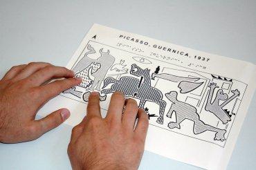 Exploración de motivos de Guernica en lámina de papel microcapsulado