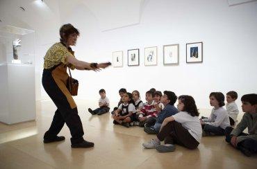 La contadora de cuentos Ana García Castellano realizando la actividad. Museo Reina Sofía, 2009.