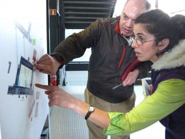 Varios miembros de Conect@ trabajando la orientación con mapas en el Museo Reina Sofía, 2010.