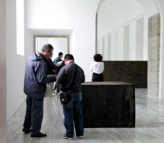 Miembros de Conect@ resolviendo una prueba junto a una obra de Richard Serra. Museo Reina Sofía, 2010.