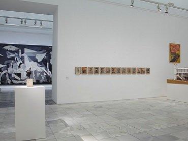 Vista de la sala 206 con Guernica y la maqueta del Pabellón español de 1937