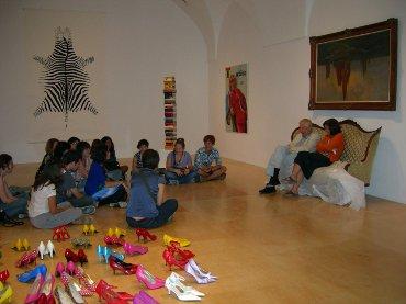 Conversación entre los miembros del Equipo, el artista Hans-Peter Feldmann y la comisaria  Helena Tatay en las salas de exposición durante el montaje