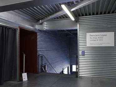 Vista de Sin título #223, instalación sonora de Francisco López en el Museo Reina Sofía, 2010
