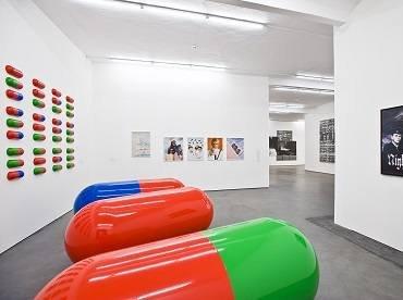Vista de la Colección Faclkenberg en Phoenix Kulturstiftung, con obras de General Idea