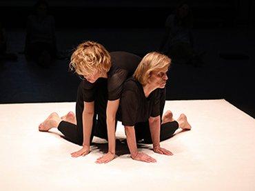 Eszter Salamon, Monument 0.7: M/Others, estreno de la pieza en el festival Tanz im August, Iglesia de Santa Isabel, Berlín, 2019 © Alain Roux, 2019