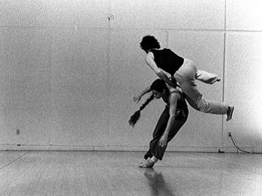 Steve Paxton y Steve Christiansen. Fall After Newton. 1983. Fotografía © Erich Franz: Nancy Stark Smith & Alan Ptashek, Vancouver 1979