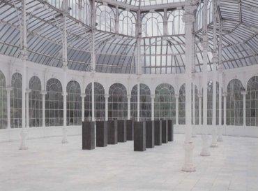 Vista de sala de la exposición. Ülrich Rückriem: estela y granero, 1989