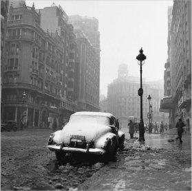 Francesc Català-Roca. Gran Vía nevada, 1953 / Copia póstuma, 2003. Fotografía. Colección Museo Nacional Centro de Arte Reina Sofía, Madrid