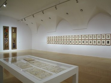 Vista de sala de la exposición. Espectros de Artaud. Lenguaje y arte en los años cincuenta, 2012