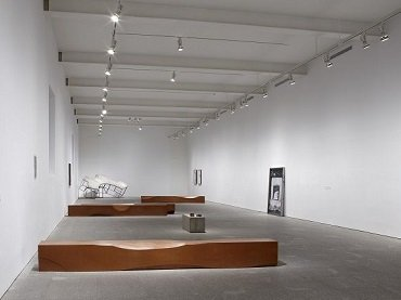 Vista de sala de la exposición. Asier Mendizabal, 2011