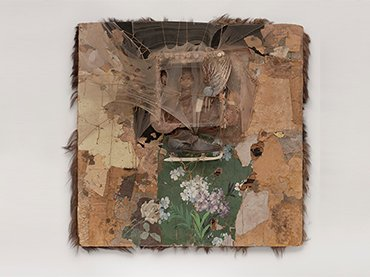 Bruce Conner. SPIDER LADY HOUSE, 1959. Wood, nylon, ice skate, doll parts, rope, jewelry, feathers, animal hair, corks, wallpaper and paper on wood. Oakland Museum of California Collection. Donation from the Collectors Gallery and the National Endowment for the Arts ©Bruce Conner, VEGAP, Madrid, 2016