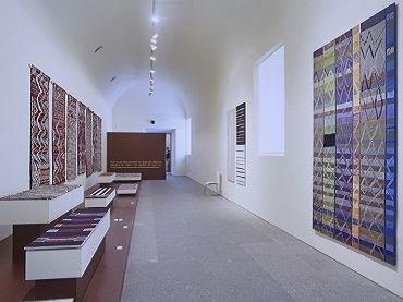 Vista de sala de la exposición. Tejidos marroquíes. Teresa Lanceta, 1999