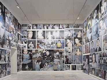 Vista de sala de la exposición. Enrique Marty. La Familia, 2000. Colección MUSAC. Museo de Arte Contemporáneo de Castilla y León