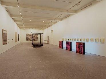 Vista de sala de la exposición. Museo de museos. 25 Museos de arte contemporáneo en la España de la Constitución, 2003