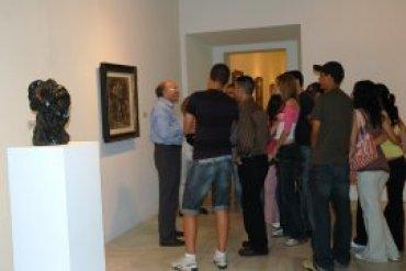 Un momento de la visita Primeras Vanguardias con uno de los voluntarios culturales del Museo Reina Sofía, 2007