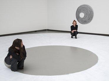 Dora García, Two Planets, 2017. Performance y dibujo © Dora García, fotografía de Clémence Bellisson e Isabelle Arthuis