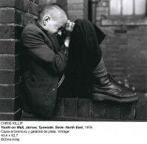 Chris Killip, Youth on Wall, Jarrow, Tyneside. Serie: North East, 1976. Silver bromide gelatin copy. Vintage. 43,4 x 52,7 cm. © Chris Killip