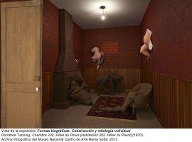 Formas biográficas. Construcción y mitología individual, vista de sala / gallery view (imagen 1) - Dorothea Tanning, Chambre 202, Hôtel du Pavot [Habitación 202. Hôtel du Pavot], 1970