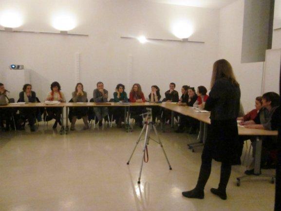 Núria Aidelman imparte la sesión de formación