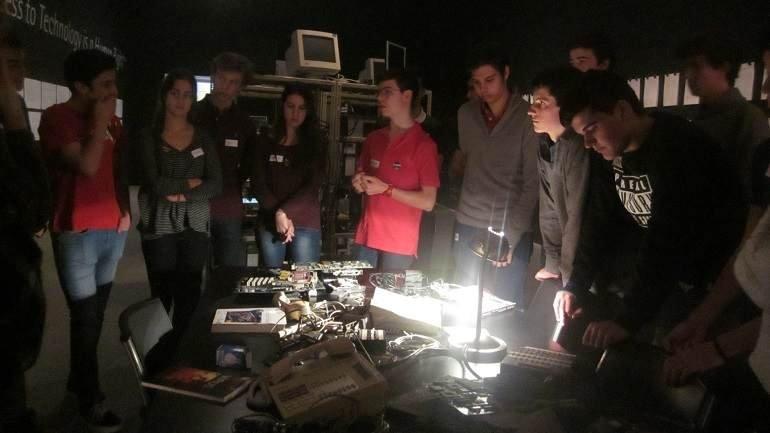 Momento durante la visita a la exposición de Daniel G. Andújar