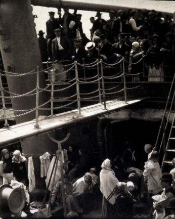 Alfred Stieglitz. The Steerage (El entrepuente), 1907 / Copia de época, 1911 o 1915. Fotograbado sobre papel japonés, 29 x 26,5 cm
