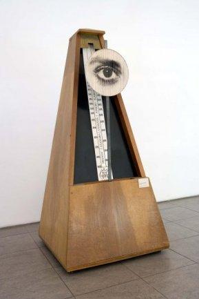 Man Ray (Emmanuel Radnitzky) Indestructible Object (Objeto indestructible), 1923-1933/1982. Fotografía en blanco y negro y madera, 227 x 110 x 110 cm