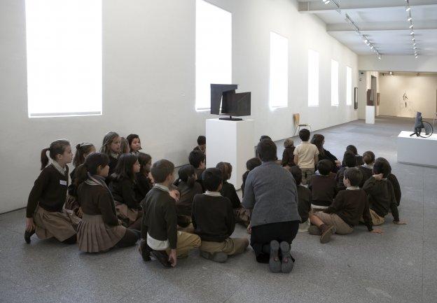 Visita escolar a diversas obras de la Colección seleccionadas para la actividad. Museo Reina Sofía, 2008.