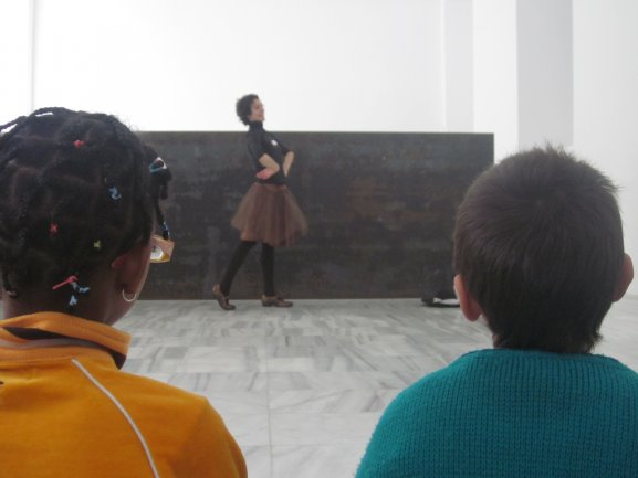 Propuesta participativa de danza ante la obra Equall-Paralell/Guernica-Bengasi. Museo Reina Sofía, 2010.