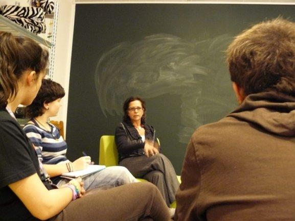 Diferentes momentos del encuentro entre Berta Sureda y los jóvenes de Equipo
