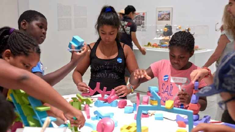 Diferentes momentos del trabajo en las salas de la exposición Playgrounds. Reinventar la plaza