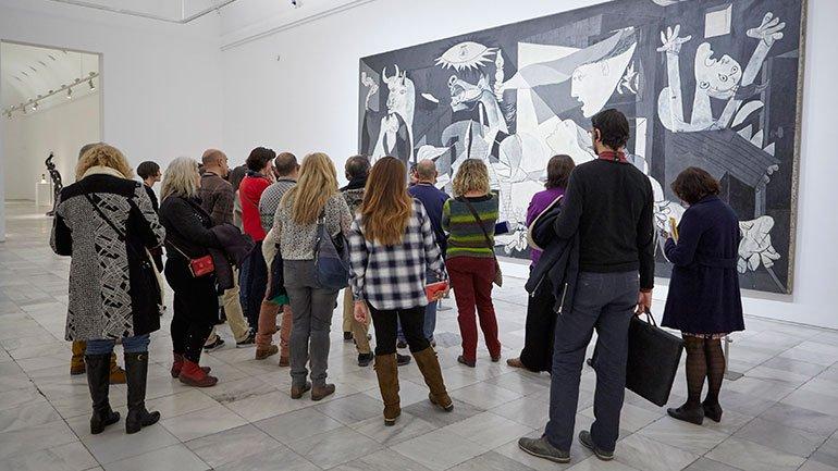 Momento durante la visita al Guernica