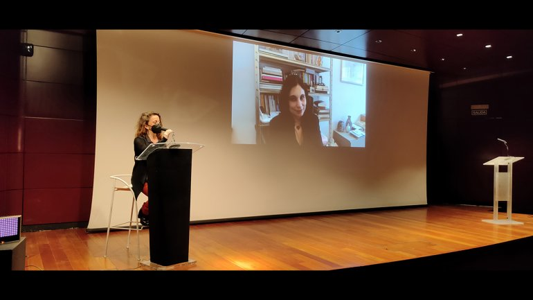Laura Casielles and Kenza Sefrioui (on screen) during their intervention in Documents 17. Souffles (1966-1971) An Art, Culture and Politics Magazine from Morocco, 2021. Photography: Celia Maldonado