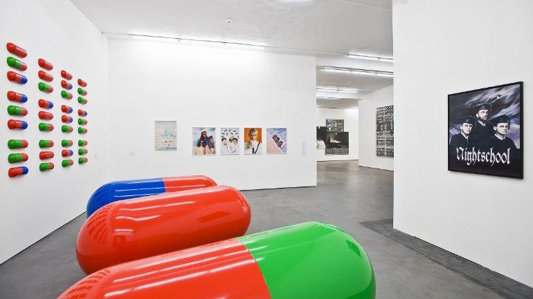 Vista de la Colección Falckenberg en Phoenix Kulturstiftung, con obras de General Idea
