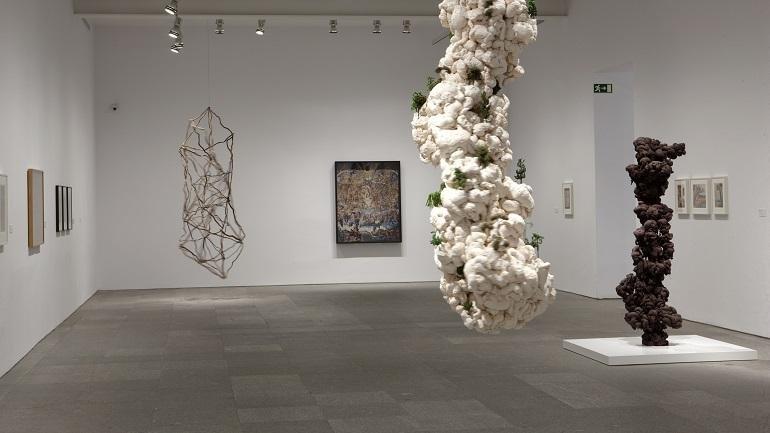 Vista de sala de la exposición. León Ferrari y Mira Schendel: El alfabeto enfurecido, 2009