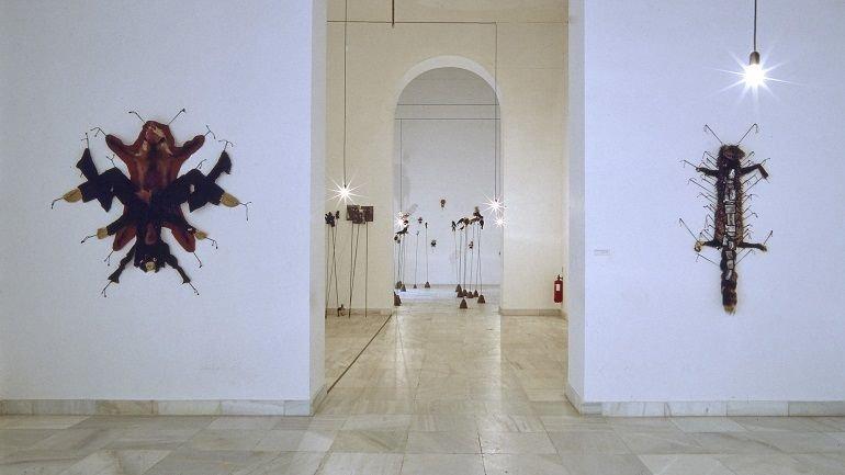 Vista de sala de la exposición. Annette Messager. La procesión va por dentro, 1999