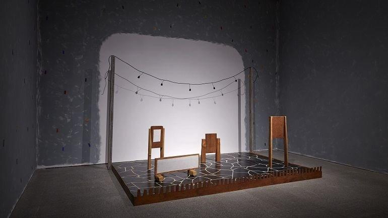 Vista de sala de la exposición Ree Morton. Sé un lugar, sitúa una imagen, imagina un poema, 2015