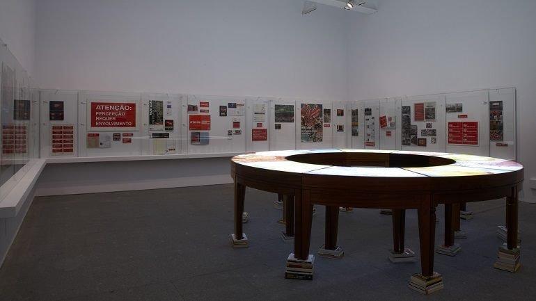 Exhibition view. Antoni Muntadas: Entre/Between, 2011