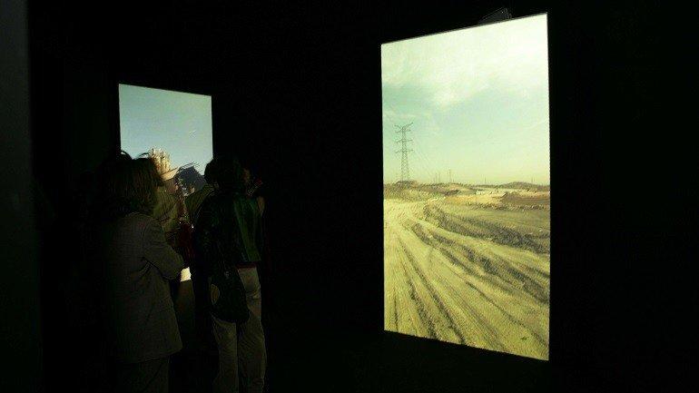 Vista de sala de la exposición. Montserrat Soto. Tracking Madrid, 2005