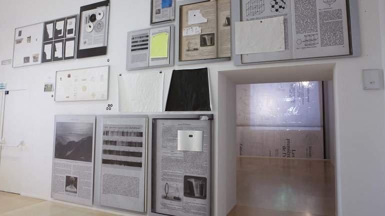 Vista de sala de la exposición. Joëlle Tuerlinckx. Crystal Times. Reflexión sin sol/Proyecciones sin objeto, 2009