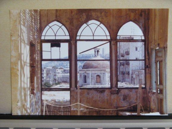 Fotografías pequeñas de los decorados a color del set de Esther, 1984-1985. Fotografía color. 10,1 x 15,1 cm. Archivo Amos Gitai