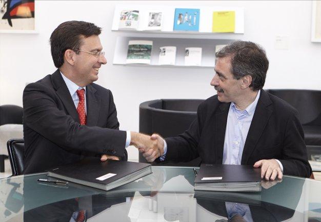 Román Escolano, presidente de la Fundación ICO y Manuel Borja-Villel, en el momento de la firma del convenio. Fotografía: Joaquín Cortés / Román Lores. Museo Nacional Centro de Arte Reina Sofía, 2013