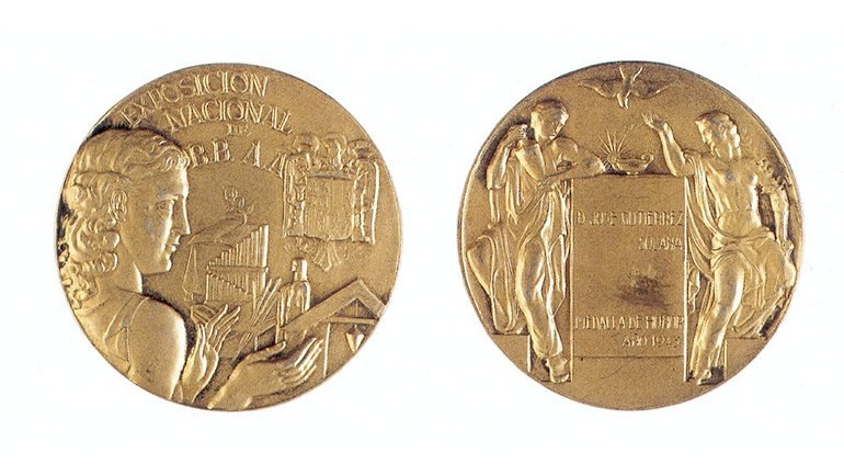 Anverso y reverso de la medalla de honor de la Exposición Nacional de Bellas Artes de 1945. Archivo Solana. Centro de Documentación