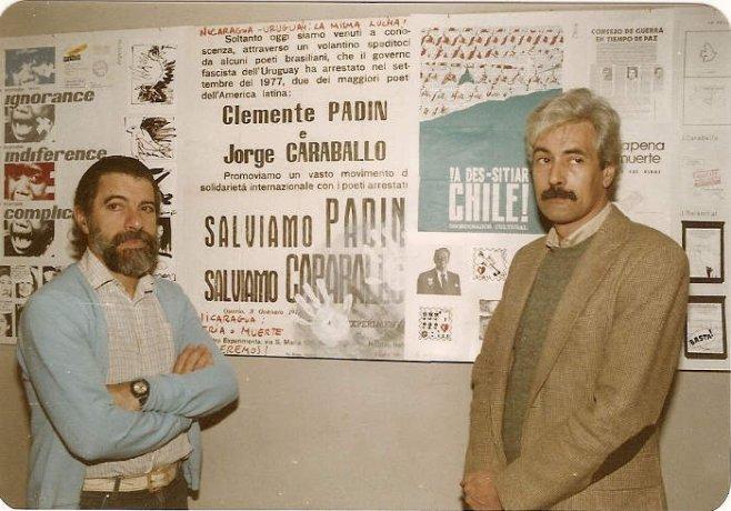 Clemente Padín y Jorge Caraballo en la exposición de arte correo Contra el bloqueo a Nicaragua, en la Biblioteca de AEBU, 1985. Archivo Clemente Padín (UDELAR, Montevideo)