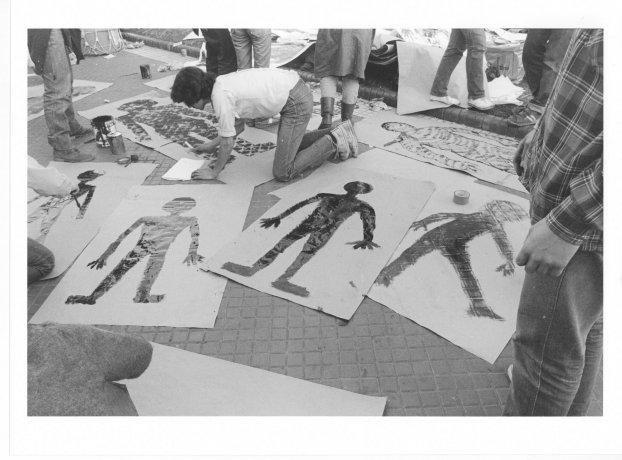Manifestantes realizan siluetas. Buenos Aires (21/9/1983). Derechos Humanos // Archivo en uso