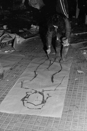 Haciendo siluetas. Buenos Aires (21/9/1983). Derechos Humanos // Archivo en uso